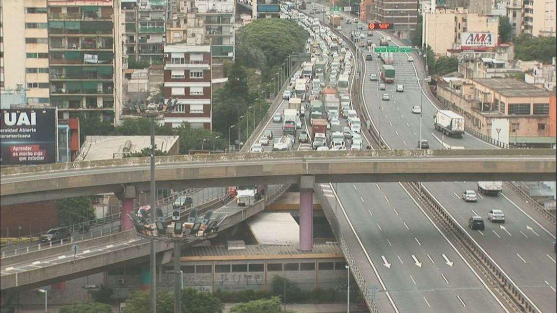 Colapso de tránsito por choque en la autopista 25 de Mayo.
