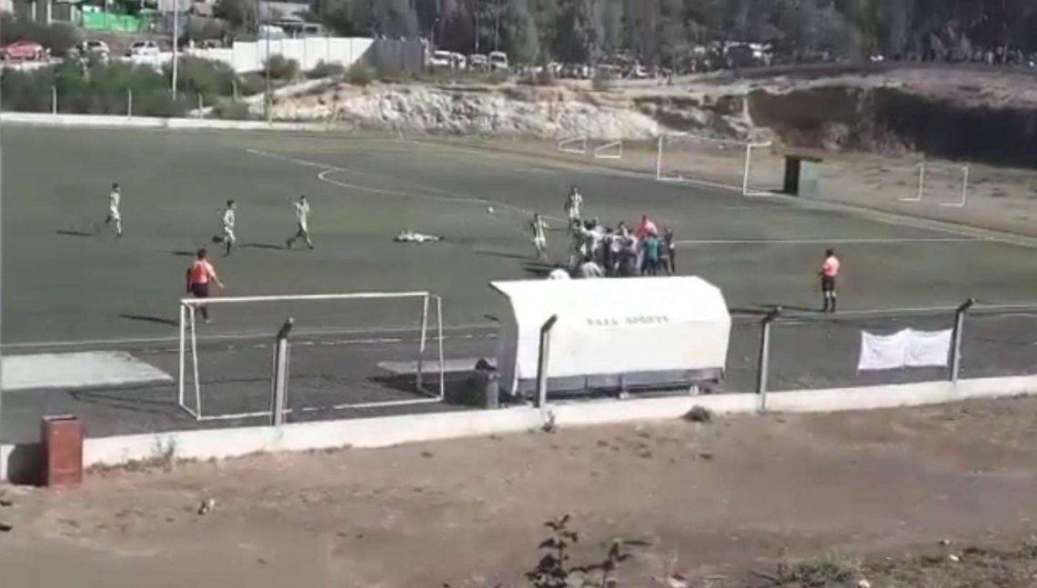 La Angostura: un futbolista pateó la cabeza de un rival.