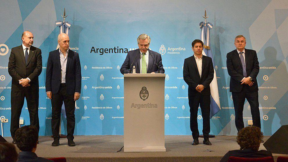 Alberto Fernández junto a otros gobernadores en el momento en que decretó la cuarentena para combatir el Covid-19.