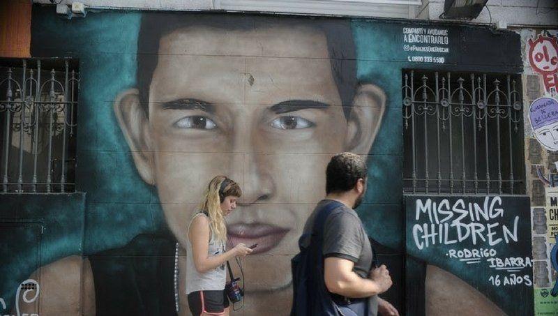 Missing Children: pintada de un chico desaparecido en Argentina.