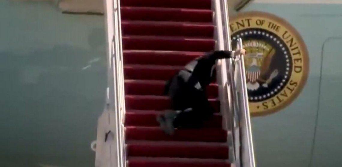 Biden cayó hoy mientras subía las escaleras del avión que viajaba a la ciudad sureña de Estados Unidos