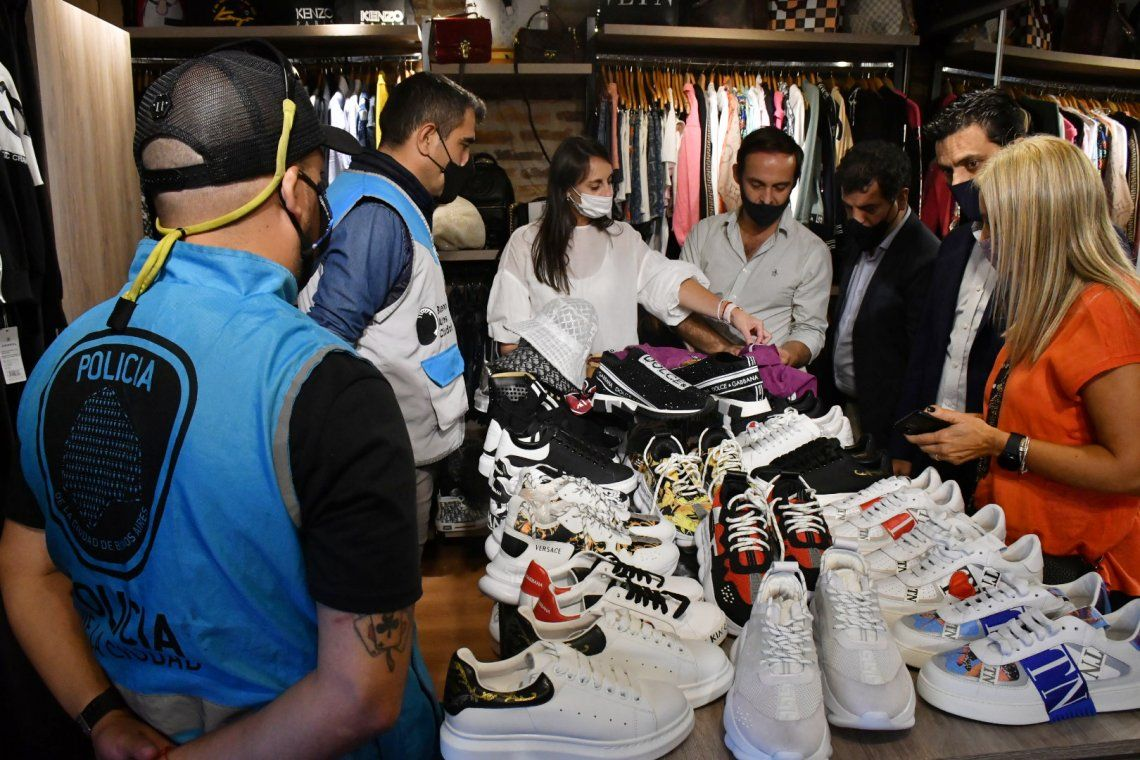 La Policía de la Ciudad secuestró más de 2200 prendas falsas en un local en Puerto Madero.