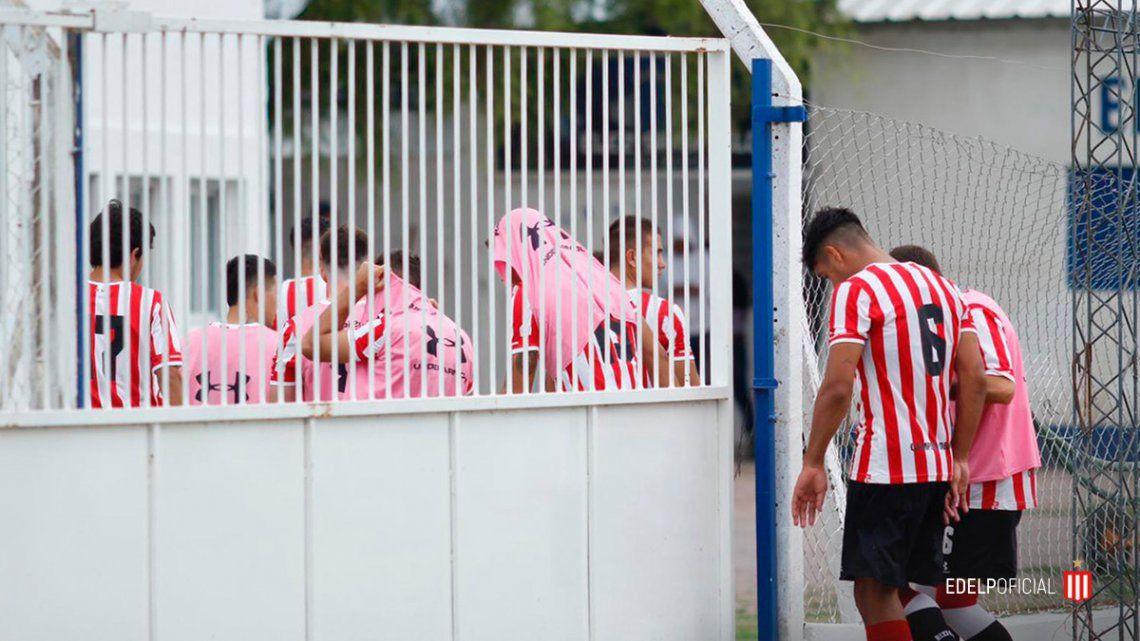 Los jugadores de Estudiantes buscan protección de las abejas.