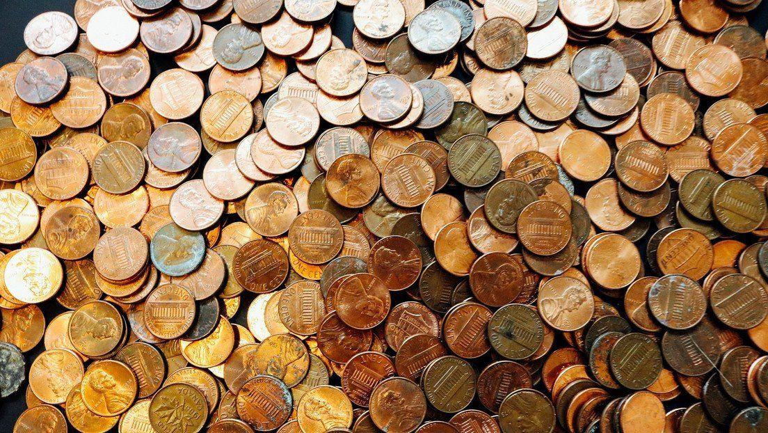 Le pagan con miles de monedas el último sueldo de su trabajo.
