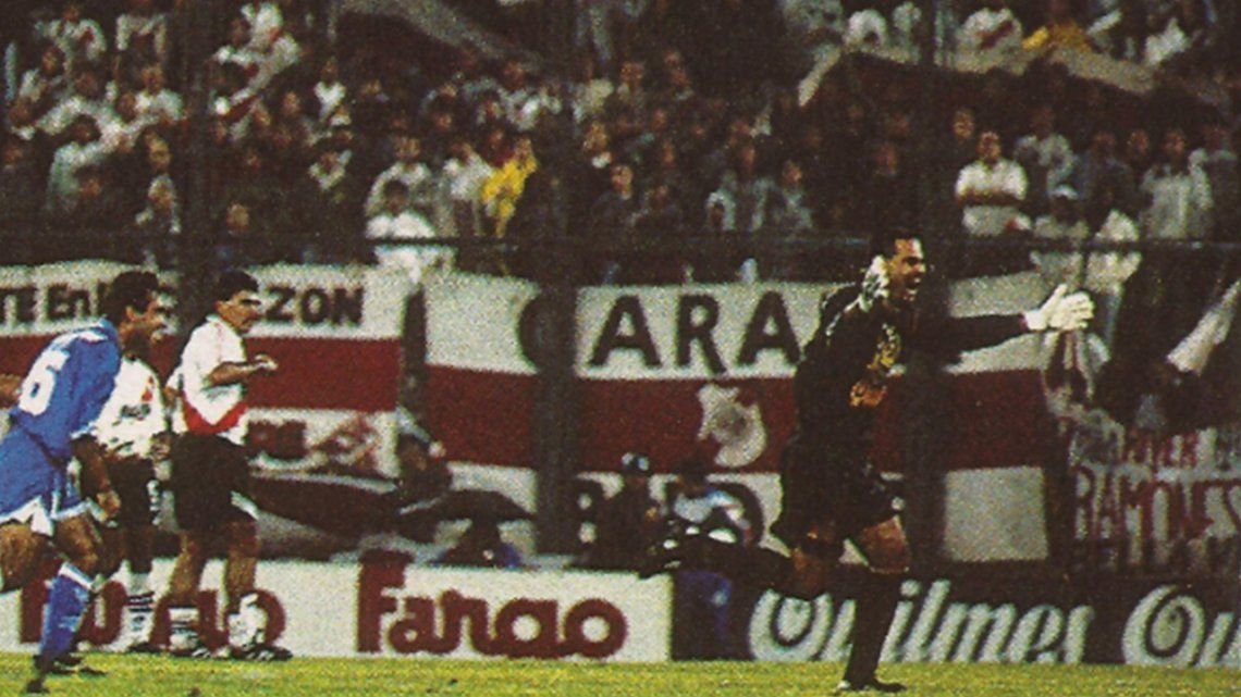 José Luis Chilavert y una alocada corrida tras convertir un gol desde 60 metros.