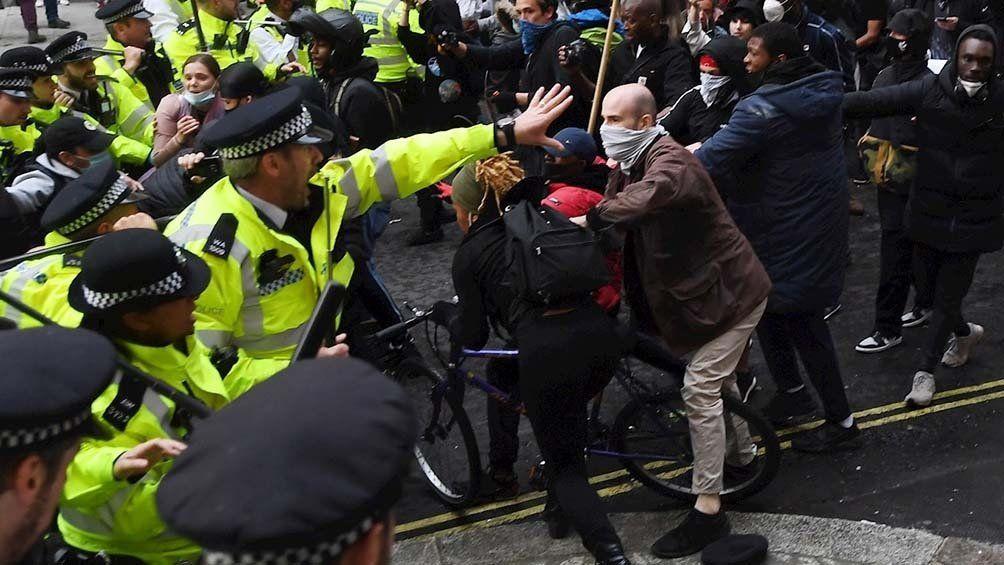 Las escaramuzas en el Reino Unido dejaron como saldo doce policías heridos.