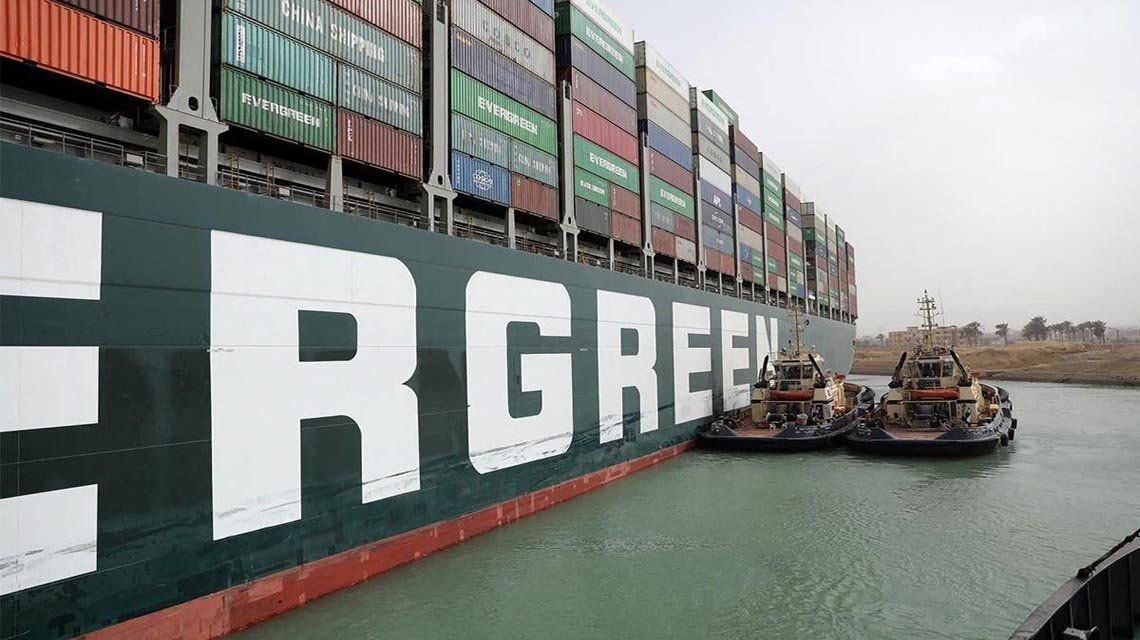 Canal de Suez: Crecen las pérdidas por el buque atascado.