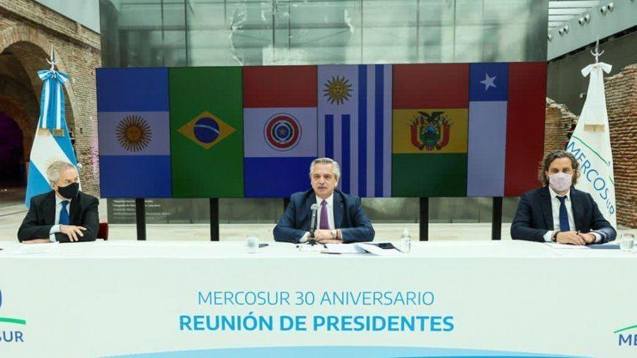 Alberto Fernández se reunió por zoom con sus pares de la región. Lo acompañaron el canciller Felipe Solá y el jefe de Gabinete Santiago Cafiero.