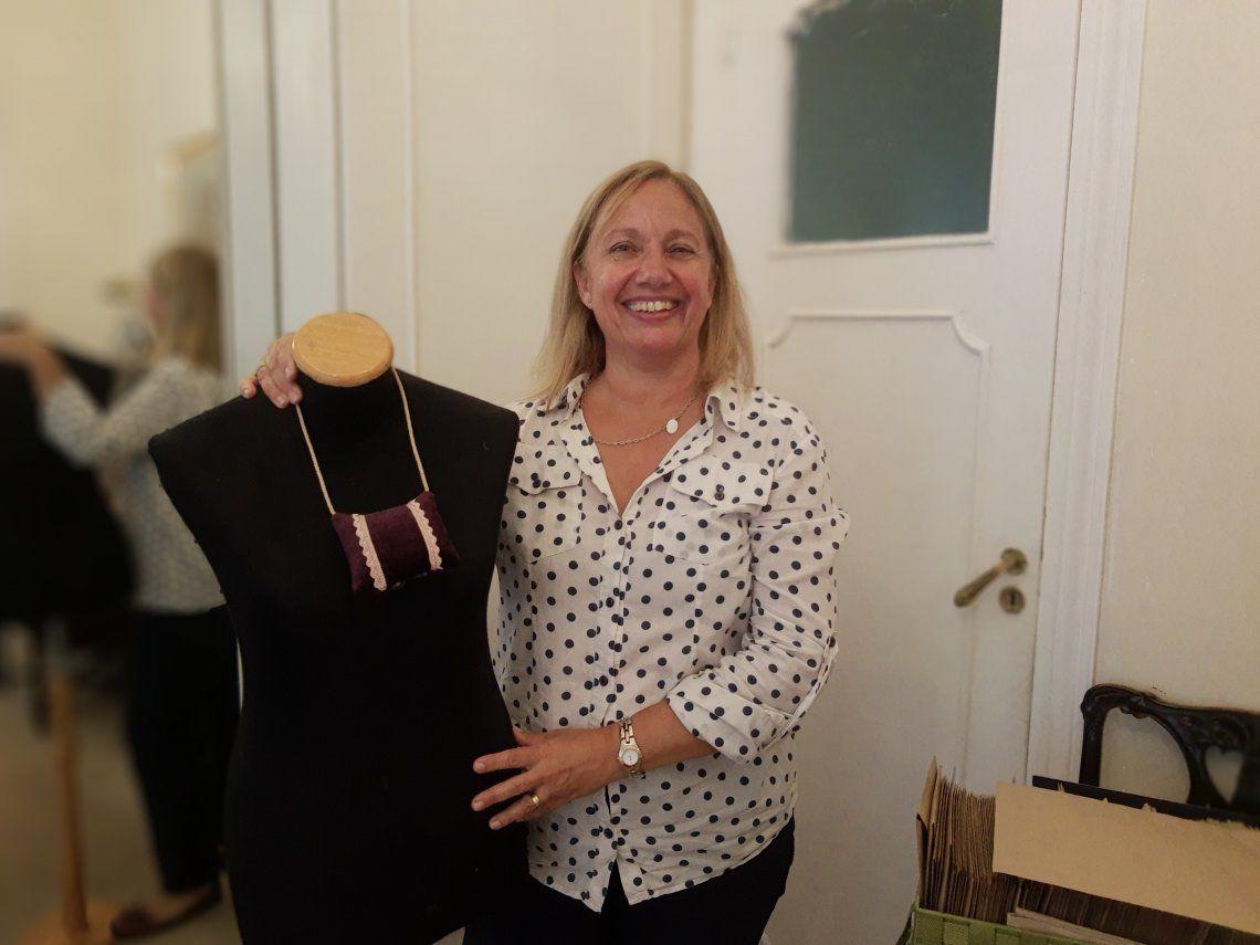 Amelia es madre de cinco chicos y dirige un taller de costura en su casa que le permitió integrar su familia con su trabajo.