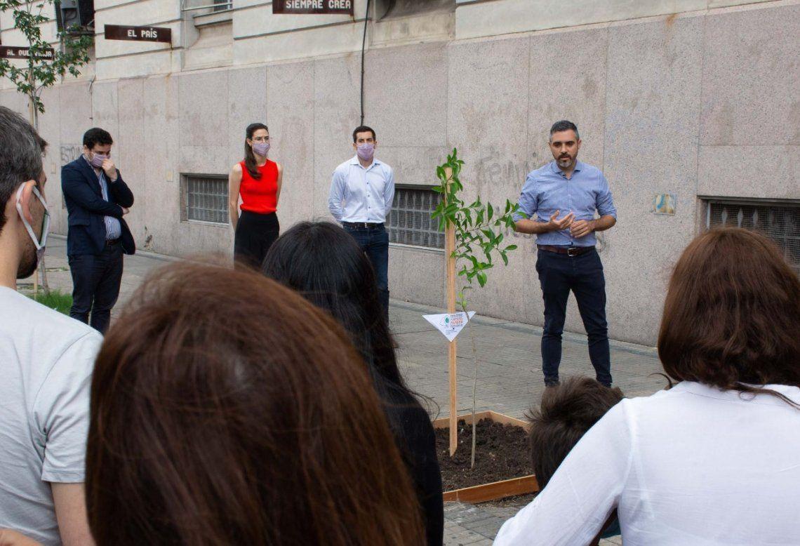 Girard plantó un árbol en ARBA en conmemoración del 24 de marzo