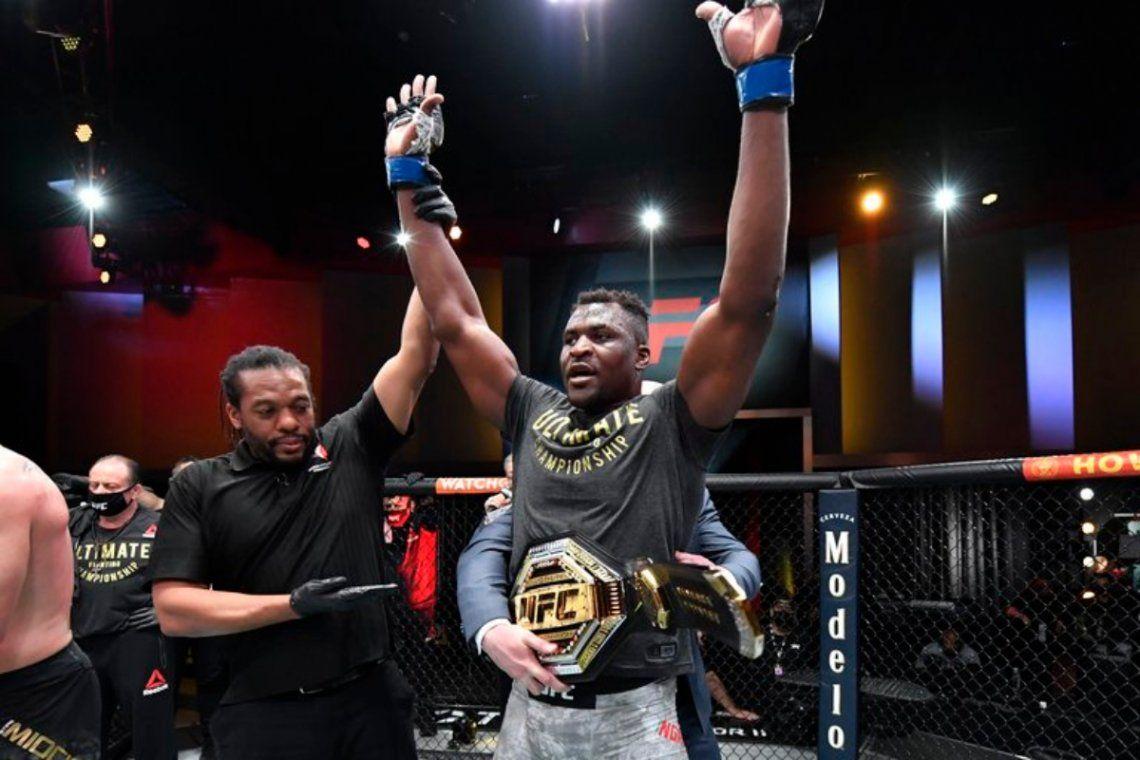 El camerunés se convierte en el primer campeón africano de la historia del peso pesado de la UFC.