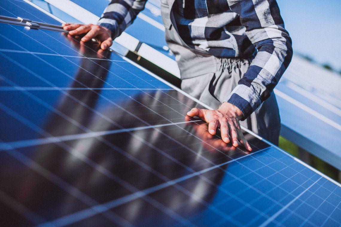 Los usuarios generan energía para su autoconsumo a partir de fuentes renovables (paneles solares) y pueden inyectar el excedente a la red.
