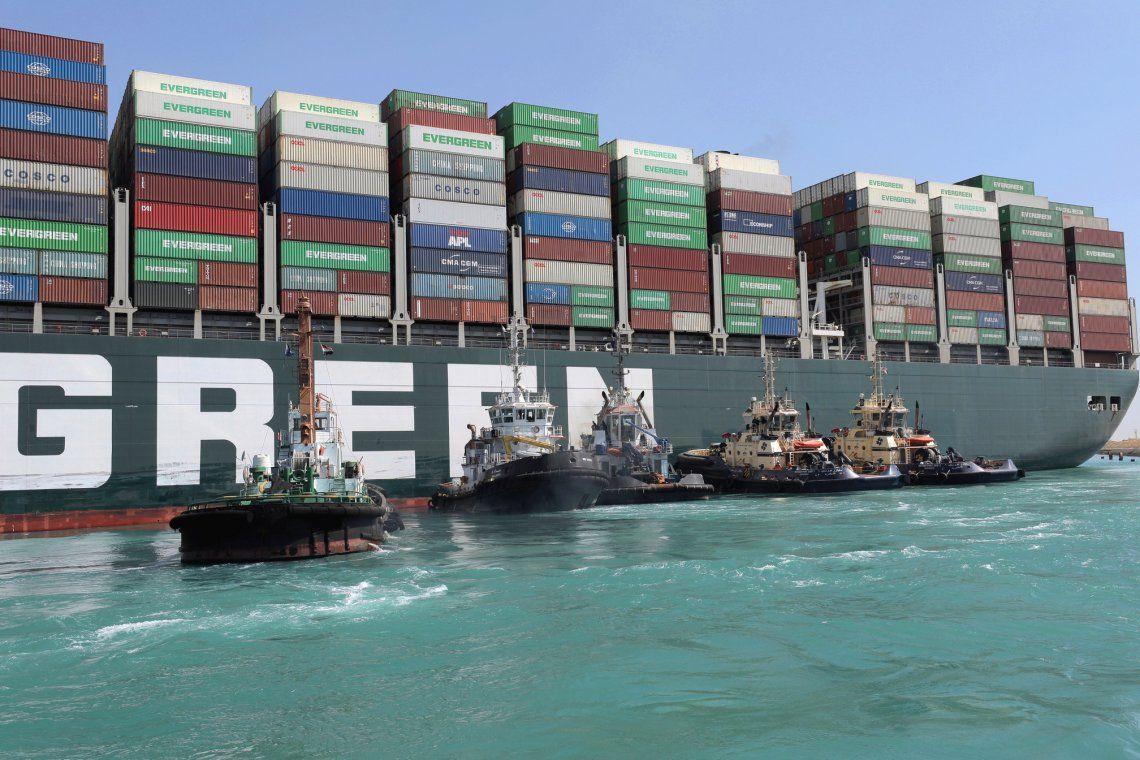 Canal de Suez: logran desencallar la popa del Ever Given