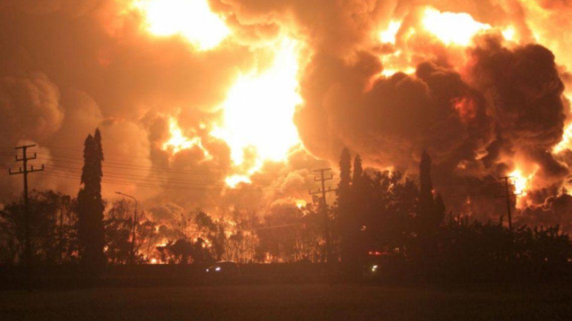 Las fuerzas de seguridad evacuaron la zona tras el enorme incendio en la refinería de Indonesia.