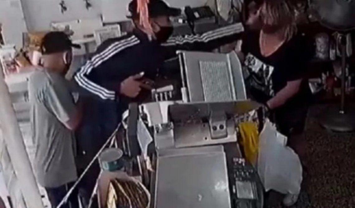 Las cámaras de seguridad registraron el violento asalto en Haedo.