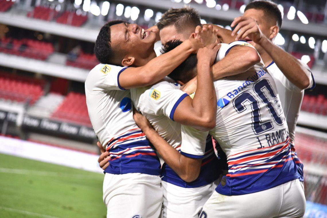 San Lorenzo festeja el triunfo ante Estudiantes.