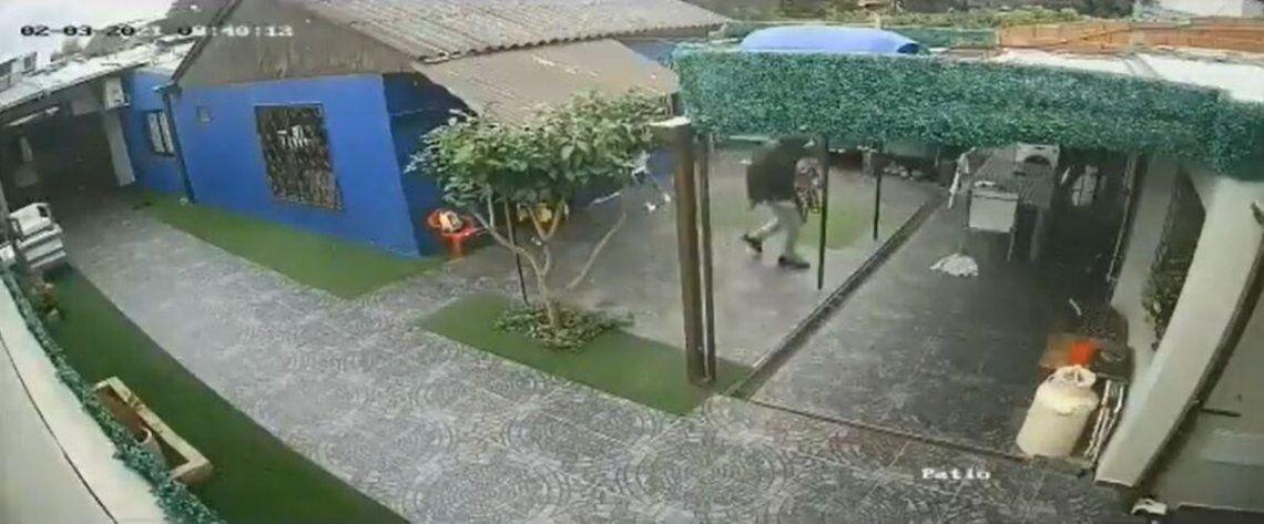 Un violento robo en La Plata quedó registrado en cámaras.