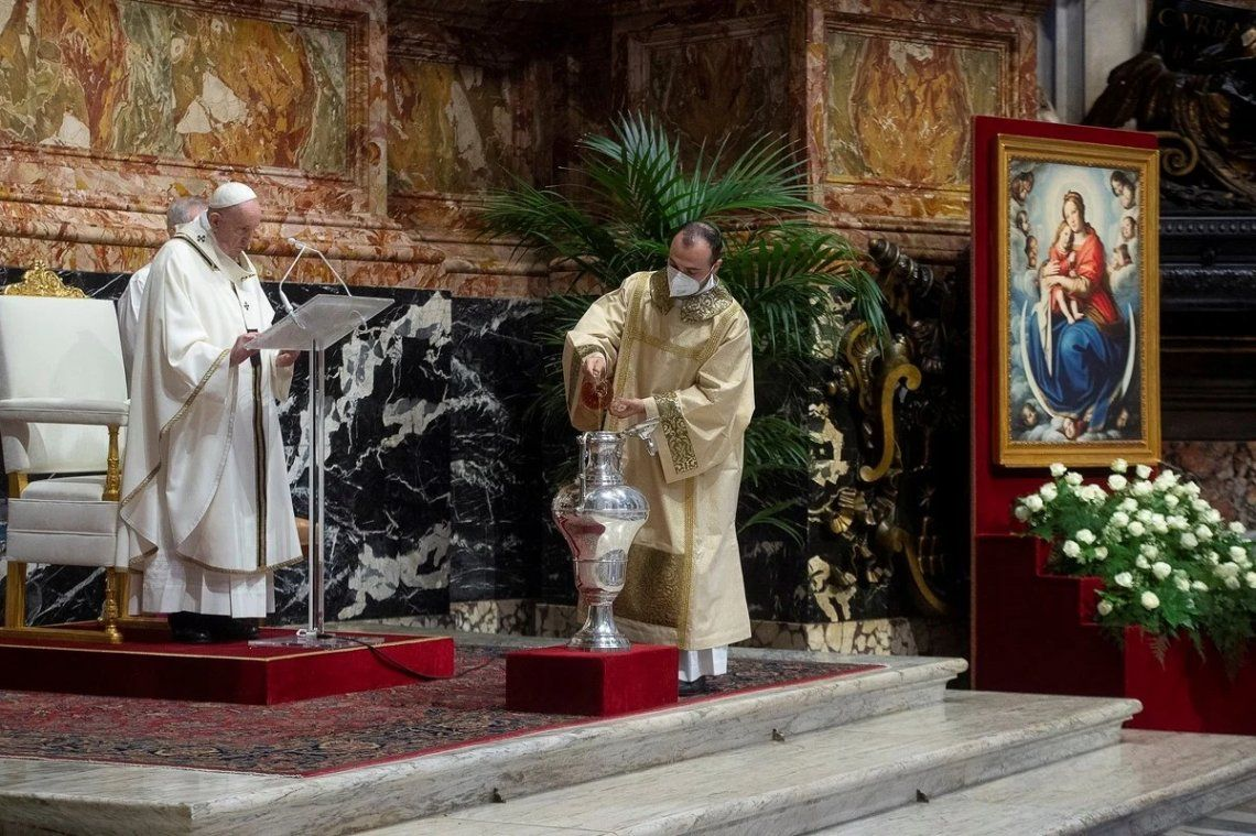 El Papa Francisco celebra la Misa Crismal del Jueves Santo en el interior de la Basílica de San Pedro en el Vaticano
