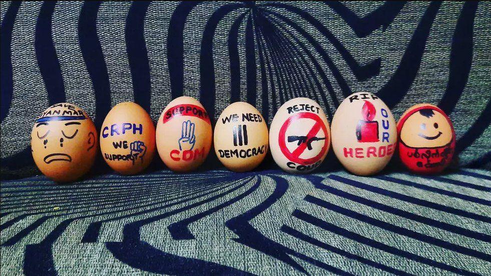 Decenas de manifestantes de Myanmar decoraron huevos con mensajes políticos el domingo de Pascua.