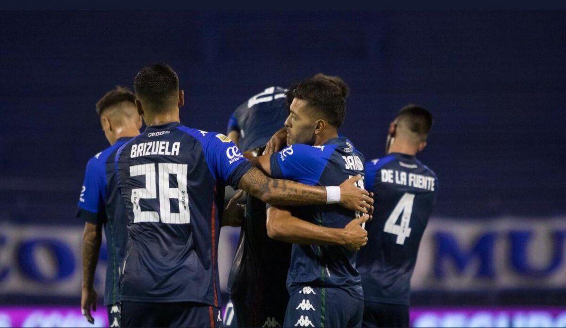 Abrazos para Bouzat luego de marcar el segundo gol para Vélez