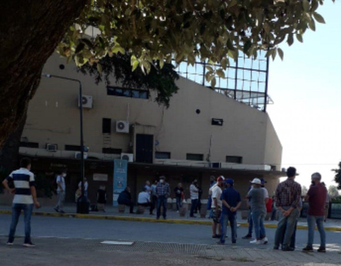 La gente esperando en vano por el inicio de la programación platense