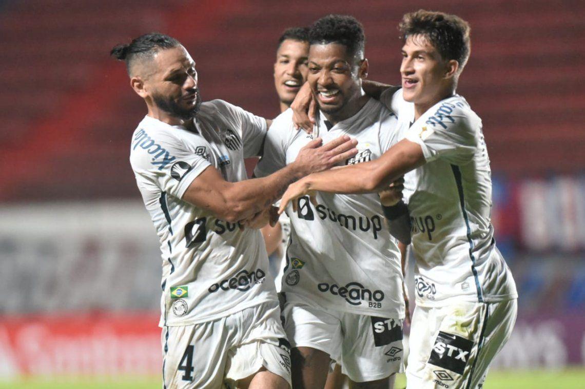Santos se llevó un triunfo valioso de cancha de San Lorenzo y está a un paso de clasificar a la Copa Libertadores