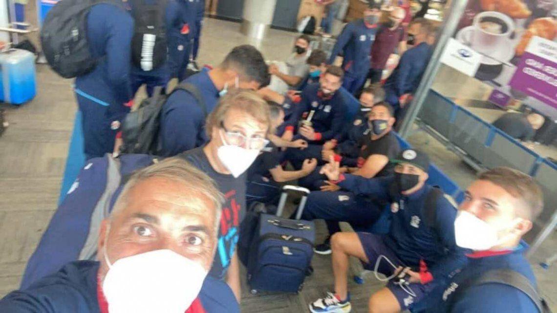 Rondina posteó una foto con el plantel de Arsenal en el aeropuerto.