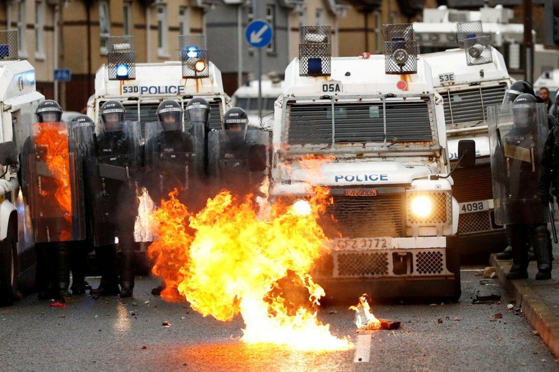 Ya son 74 los policías heridos en disturbios en Irlanda del Norte. Foto: Reuters