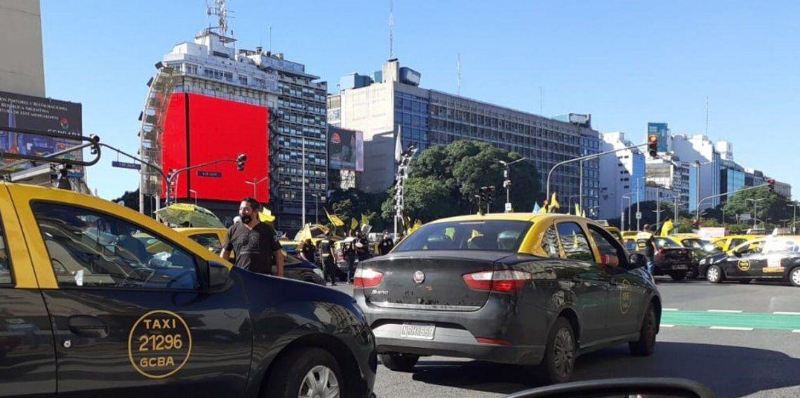Los taxistas cortaron la calle Corrientes y se movilizarán a la Legislatura porteña.