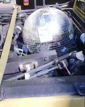 Flores: la Policía se llevó hasta la bola de espejos de la disco.