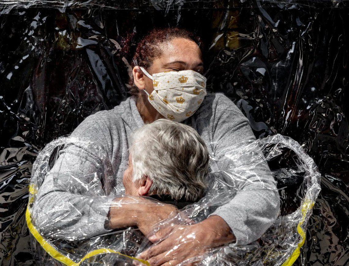 Foto de prensa mundial del año | El primer abrazo. Fotografía: Mads Nissen / Politiken / Panos Pictures / World Press Photo 2021