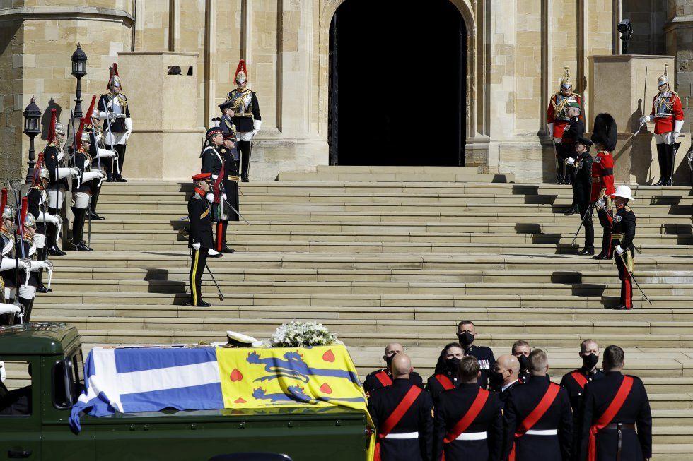 Los miembros de la realeza vistieron de civil con trajes de color negro.