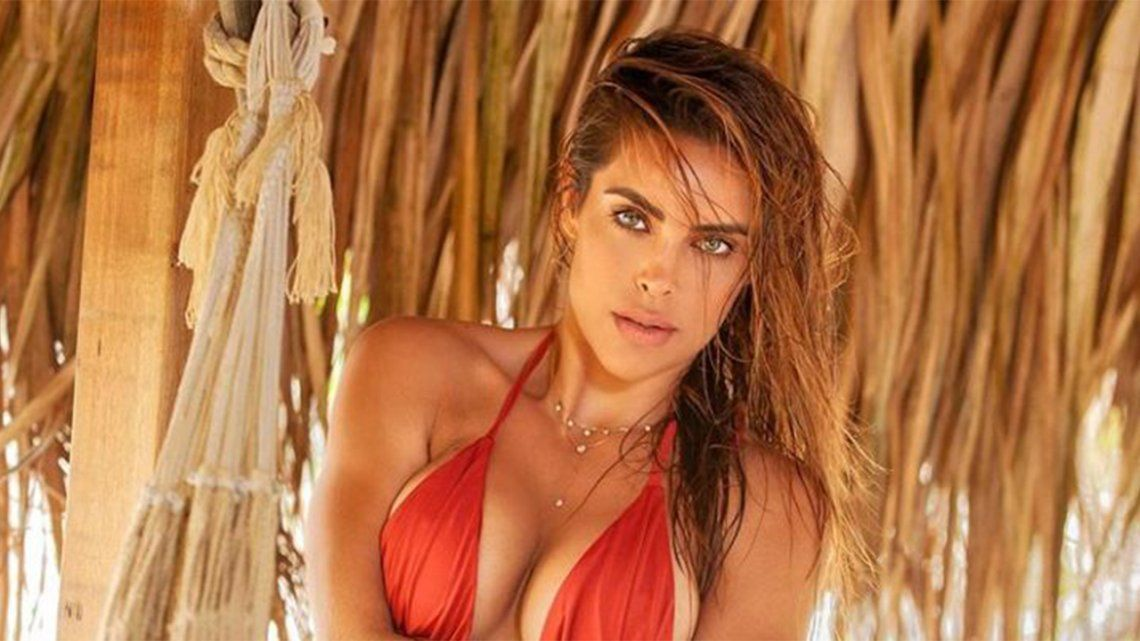 Sara Corrales presumió su belleza en microbikini.