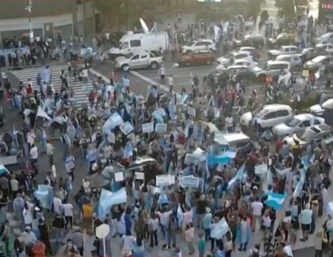 Centenarres de manifestantes se dieron cita en el AMBA para potestar por las nuevas restricciones