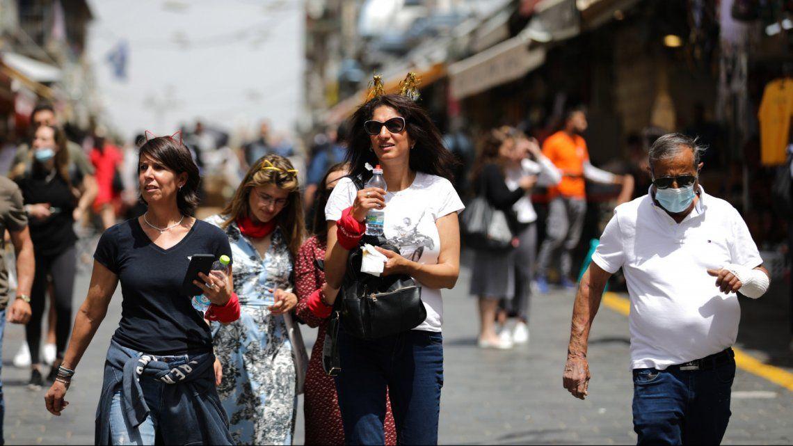 Los ciudadanos de Israel anduvieron con la cara descubierta el domingo después de conocer la noticia.