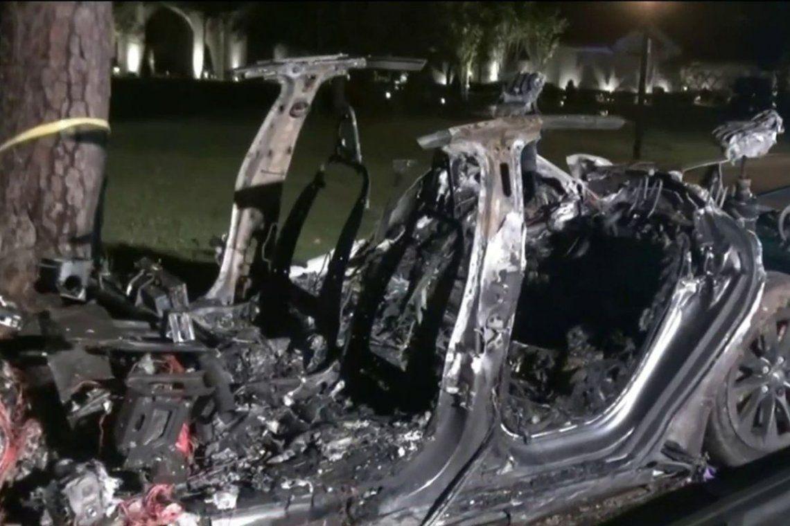 EE.UU. Un auto Tesla que circulaba con piloto automático choco y se incendió