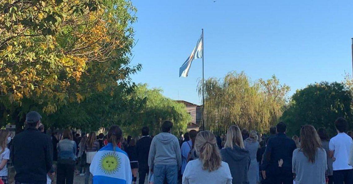 El colegio Pilgrims de General Pacheco en la provincia de Buenos Aires izó la bandera y canto el himno en la puerta de la institución.