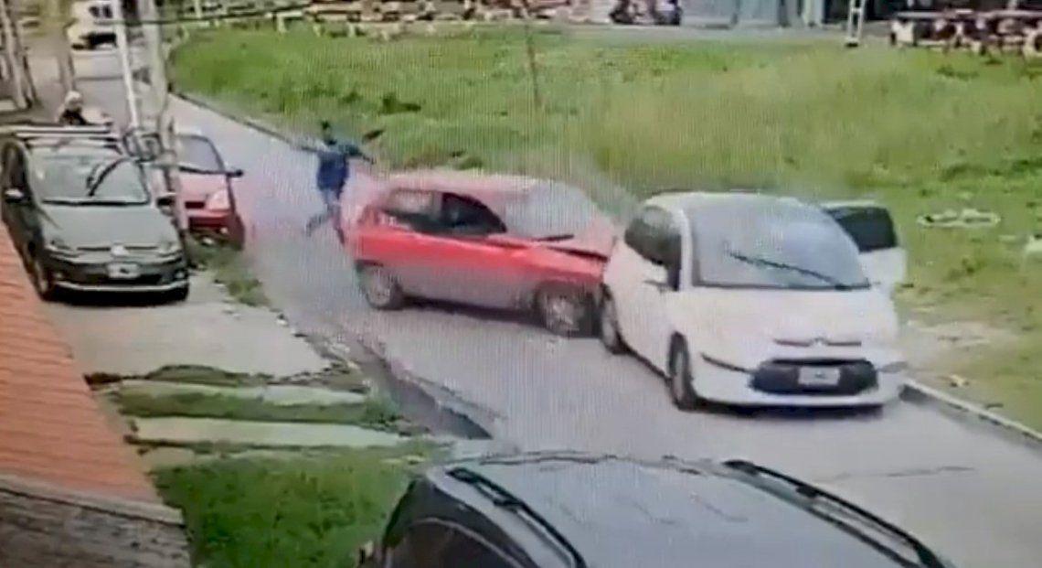 Lanús: chocó a los delincuentes con su auto y los enfrentó a golpes.