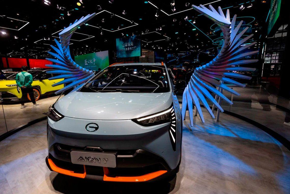 Un automóvil GAZ Motor AIONY se exhibe en el Auto Shanghai 2021 Motor Show. Foto: EFE / EPA