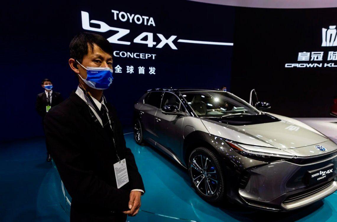 La gente mira el prototipo Toyota bz4X en el stand de Toyota. Foto: EFE / EPA