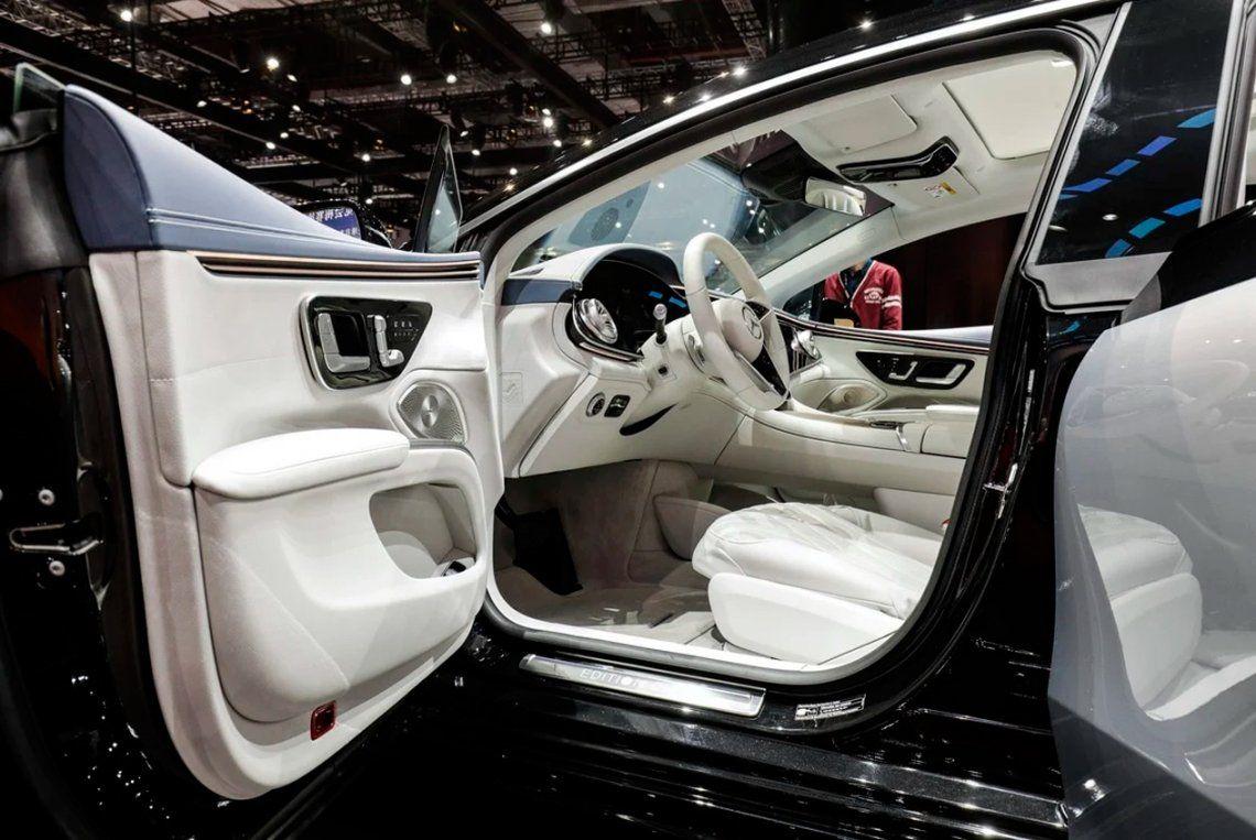 El asiento del conductor de un sedán eléctrico Mercedes-Benz AG EQS. Foto: Qilai Shen