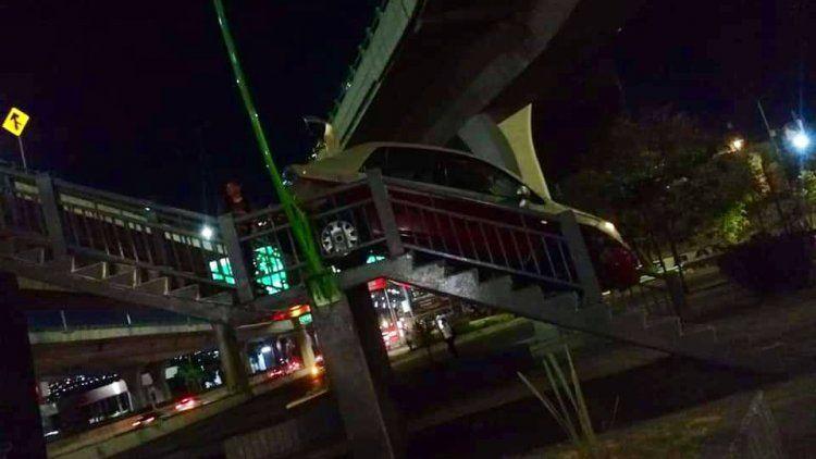 Un borracho quiso cruzar un puente peatonal con el auto