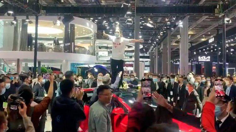 Insólita protesta sobre el techo de un Tesla en pleno Salón del Automóvil de Shanghái