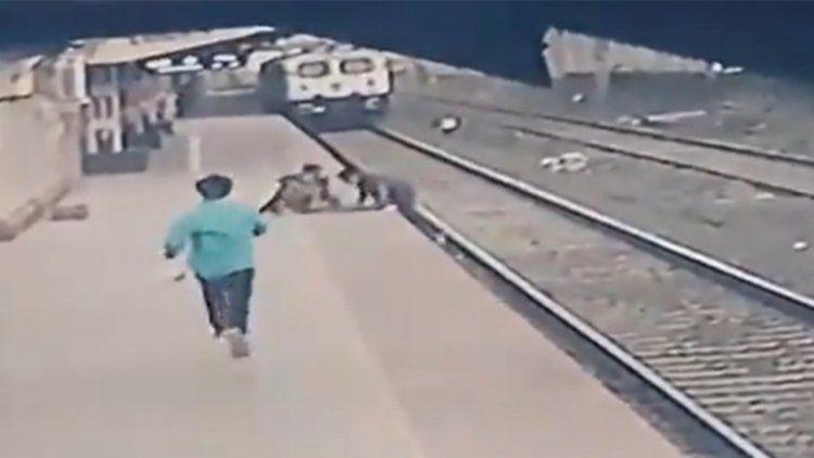 India: Rescatan a un niño de morir atropellado por el tren.