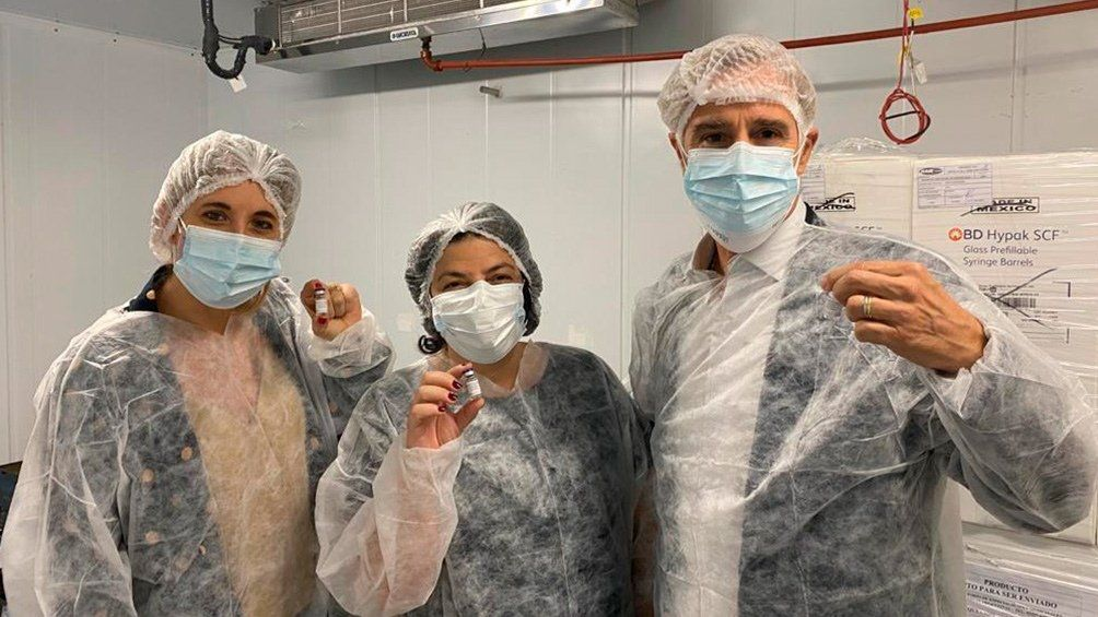 Vacuna argentina: a ministra Vizzotti junto a los directivos de Laboratorios Richmond.