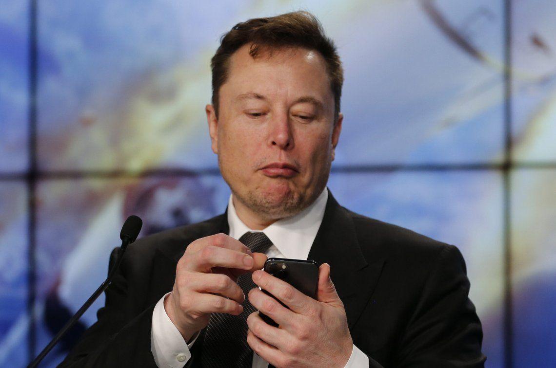 Elon Musk quiere que uses el móvil con la mente