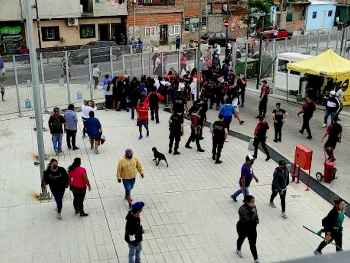 Los manifestantes se acercaron al Ministerio de Hábitat para reclamar por ayudas sociales.