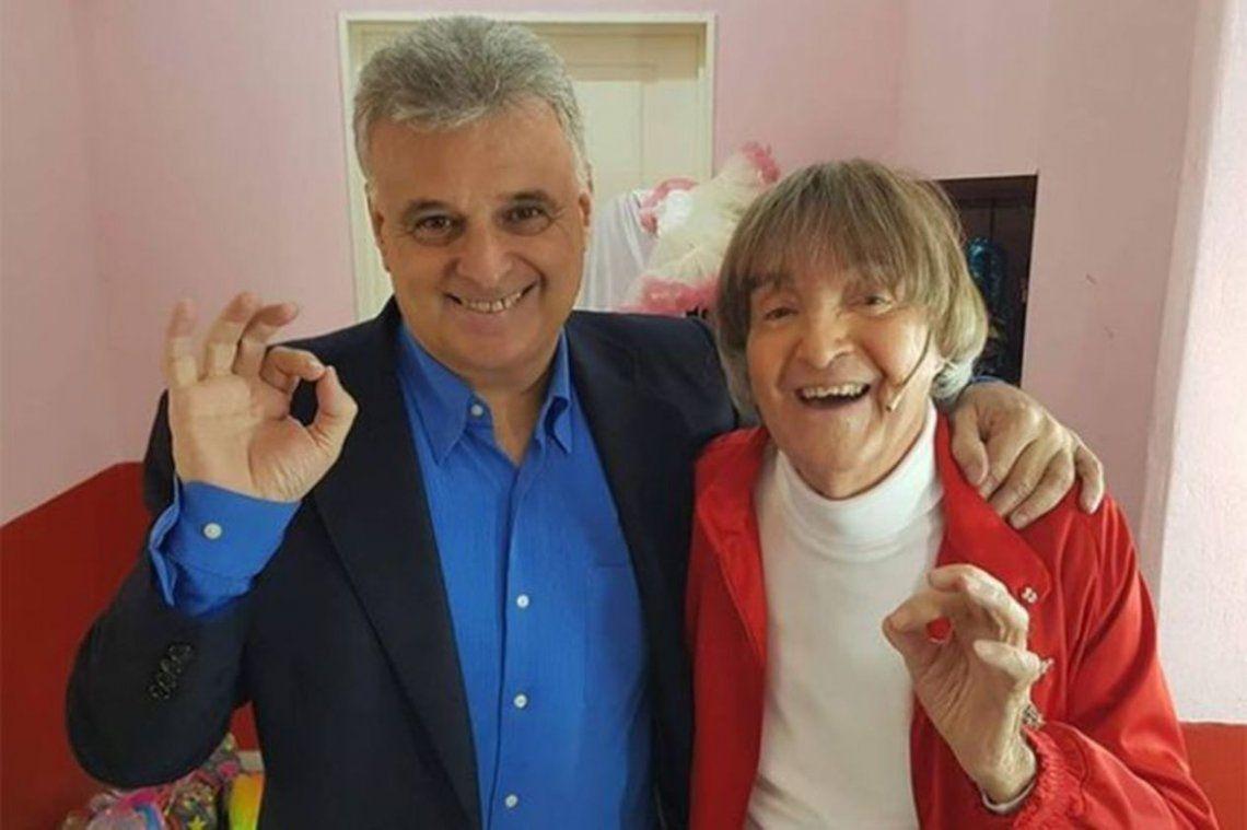 El fallecido productor teatral Daniel Comba junto a Carlitos Balá