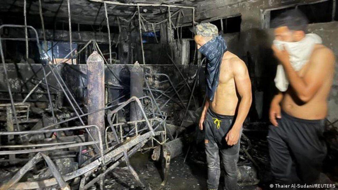 Al menos 82 personas murieron y 110 resultaron heridas en el incendio en un hospital para pacientes con COVID-19.
