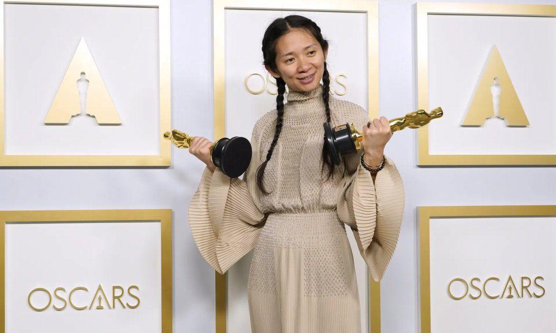 Chloé Zhao con sus dos premios Oscar
